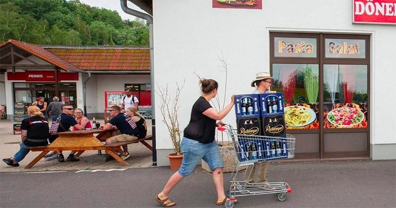 En Allemagne, un village a acheté toutes les bières du supermarché pour n'en laisser aucune aux festivaliers néonazis