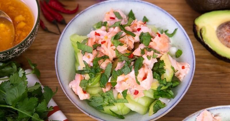 Craquez pour la salade thaï au saumon avec sa sauce pimentée !