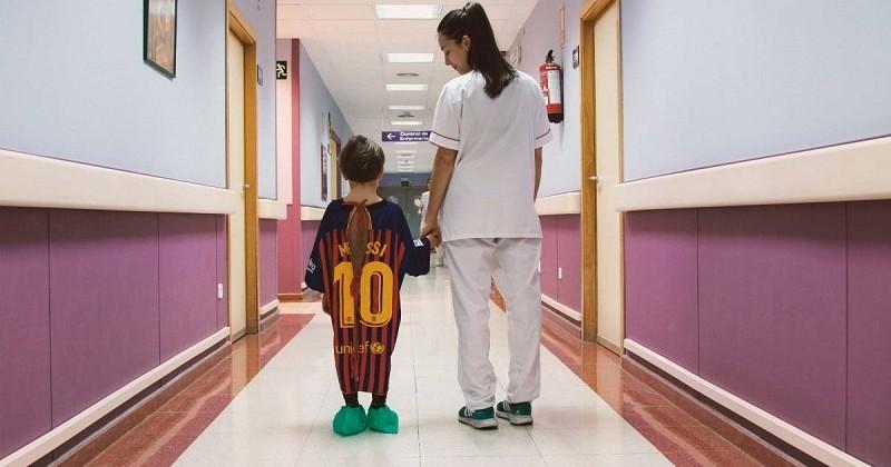Pour les enfants qui ont peur de l'hôpital, ils remplacent les blouses par des maillots de foot