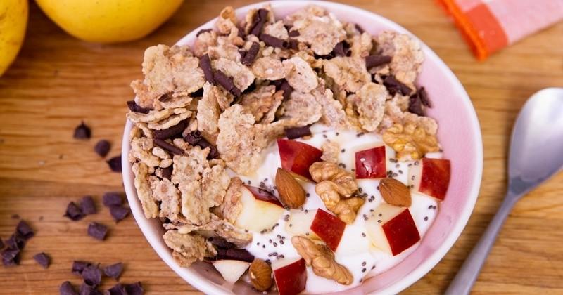 Le Power Bowl à la pomme et aux pétales de céréales pour faire le plein de vitamines !