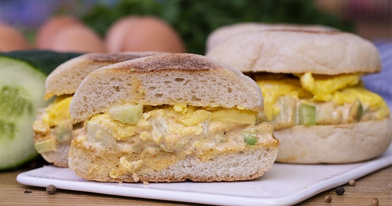Essayez le burger au concombre de France, avocat et œufs brouillés : une recette originale et pleine de fraîcheur !