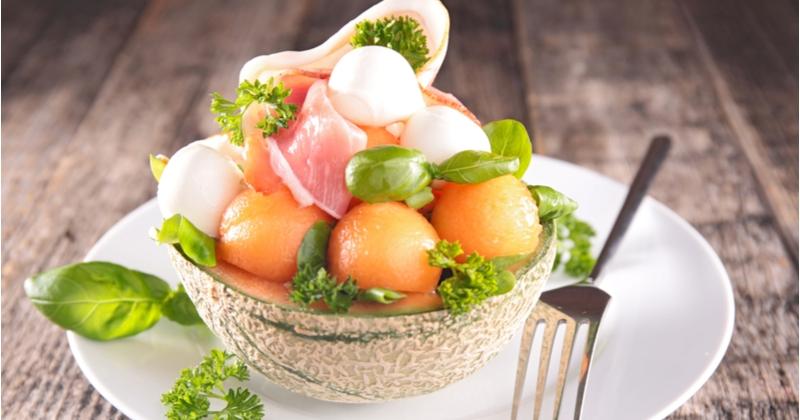 Un repas plein de fraîcheur avec le melon bowl garni de jambon et de fromage !