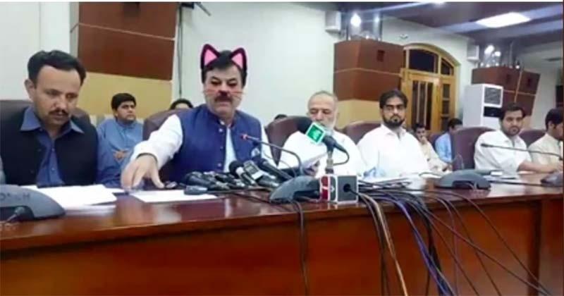 Au Pakistan, un ministre fait un Facebook live avec le filtre chat sans faire exprès et devient la risée du web