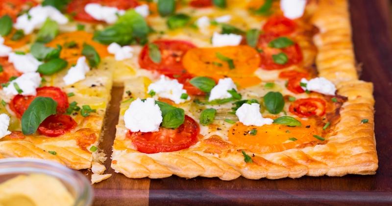 Préparez une délicieuse tarte fine aux tomates et au chèvre : un repas tout coloré à partager !