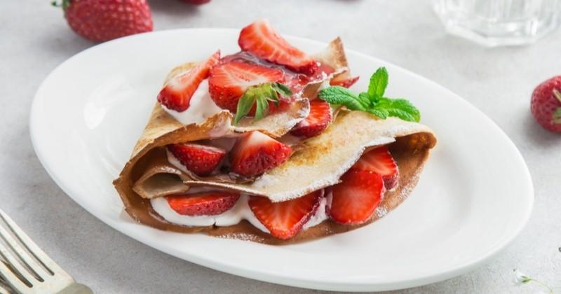 Préparez de belles crêpes garnies d'un tartare de fraises pour un maximum de gourmandise et de fraîcheur !