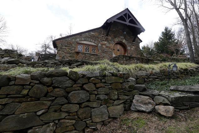 un architecte s 39 est fait construire une vraie maison de hobbit. Black Bedroom Furniture Sets. Home Design Ideas