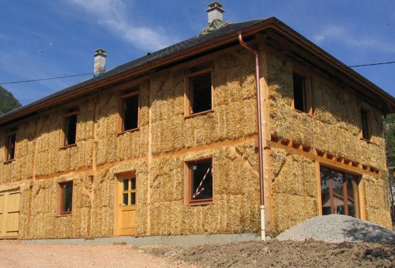 on a rencontr k vin choquert sp cialiste des maisons construites en briques de paille. Black Bedroom Furniture Sets. Home Design Ideas