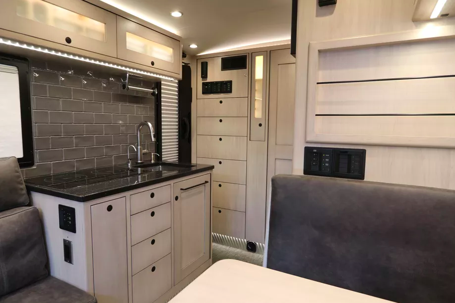 Le EarthRoamer XV-LTS, un camping-car 4x4 de luxe pour explorer le monde sans limite ! Par Clément P.                      Capture%20d%E2%80%99e%CC%81cran%202018-06-05%20a%CC%80%2014.36.46