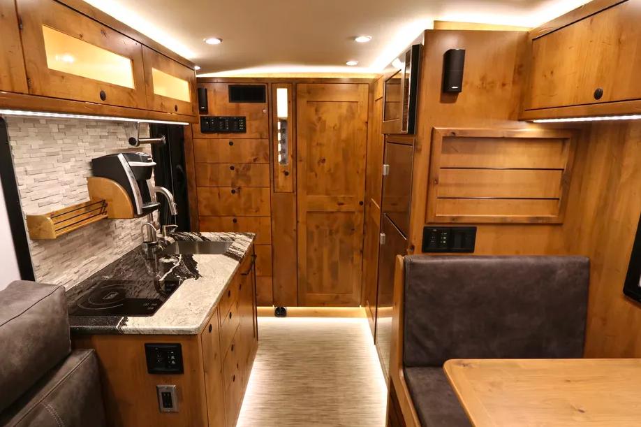 Le EarthRoamer XV-LTS, un camping-car 4x4 de luxe pour explorer le monde sans limite ! Par Clément P.                      Capture%20d%E2%80%99e%CC%81cran%202018-06-05%20a%CC%80%2014.37.00