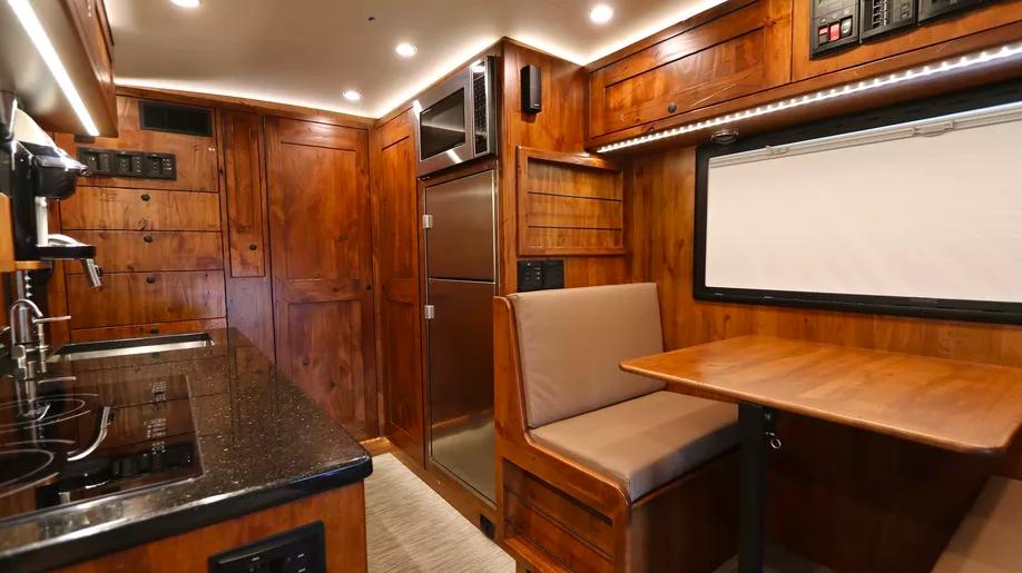 Le EarthRoamer XV-LTS, un camping-car 4x4 de luxe pour explorer le monde sans limite ! Par Clément P.                      Capture%20d%E2%80%99e%CC%81cran%202018-06-05%20a%CC%80%2014.37.11