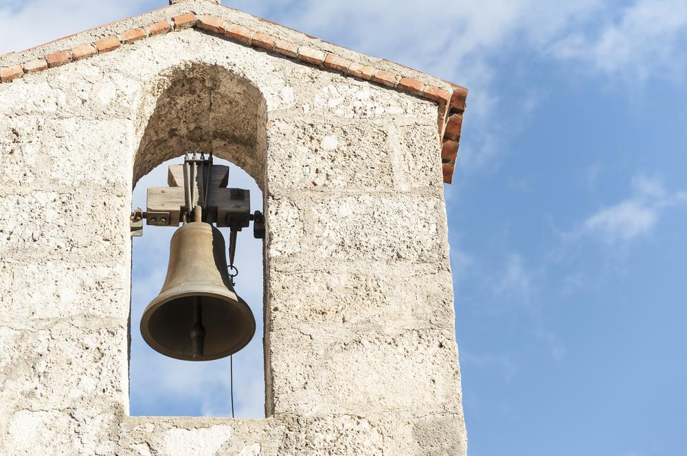 La cloche de l'église perturbe la grasse matinée des vacanciers — Lozère