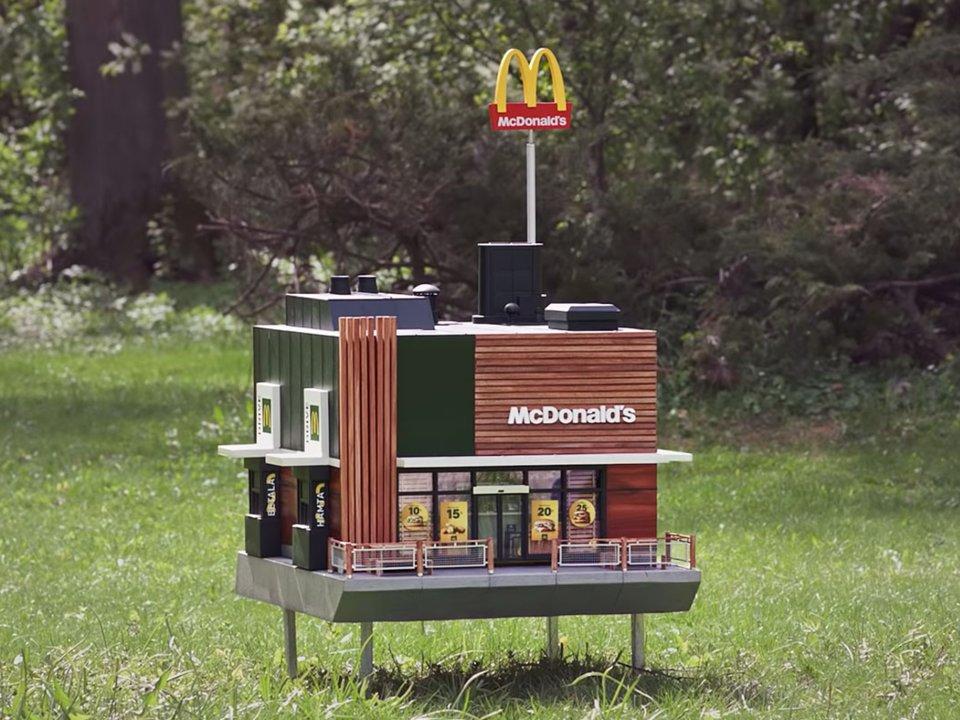 Le plus petit McDonald's du monde ouvre ses portes... pour les abeilles