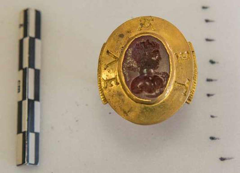 Des archéologues découvrent un immense trésor médiéval dans l'abbaye de Cluny ! Par Jérémy B. 5d88bcb_9455-ojyplb.70rzw4gqfr