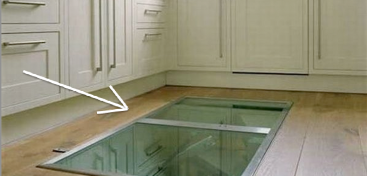 premi re vue l 39 architecte qui a mis cette fen tre au sol para t fou mais en r alit son. Black Bedroom Furniture Sets. Home Design Ideas