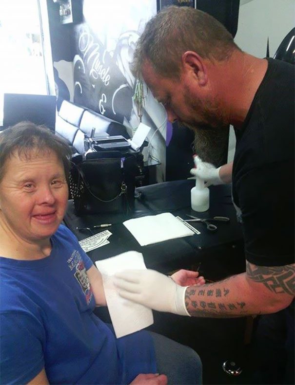 Trisomique cette femme vient se faire tatouer tous les vendredis la raison est tr s surprenante - Se faire tatouer gratuitement ...