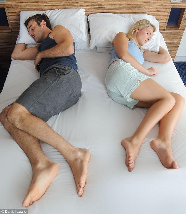 ce que votre position au lit r v le au sujet de votre vie de couple tonnant. Black Bedroom Furniture Sets. Home Design Ideas