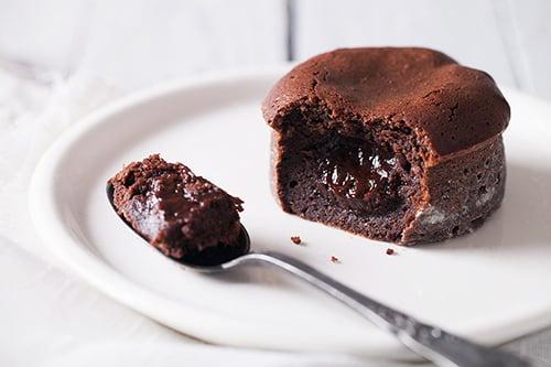 Faire un fondant au chocolat d licieux en 5 minutes c 39 est possible j 39 en connais qui vont - Recette d un fondant au chocolat ...