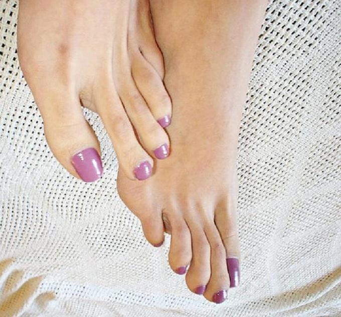 Fille de longs orteils