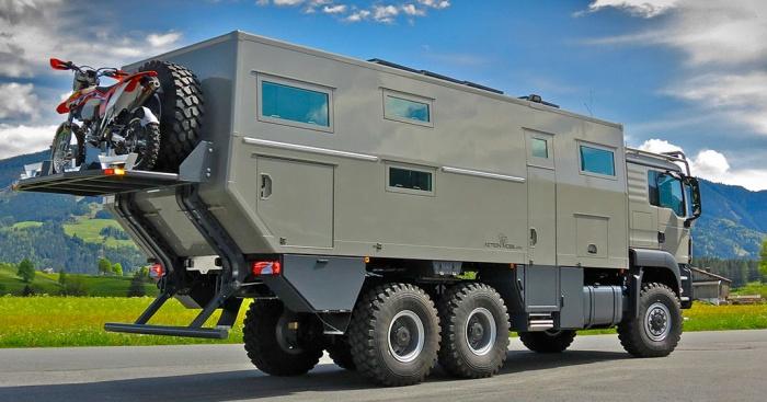 Ce camping car a beau ressembler un tank son grand luxe for Camping car de luxe avec piscine