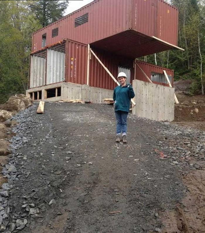 Elle A Acheté Quatre Containers Métalliques Et Les A Transformés
