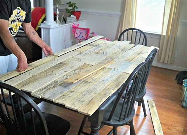 15 id es g niales de recyclage de palettes pour votre cuisine la 12 fallait y penser - Table cuisine palette ...
