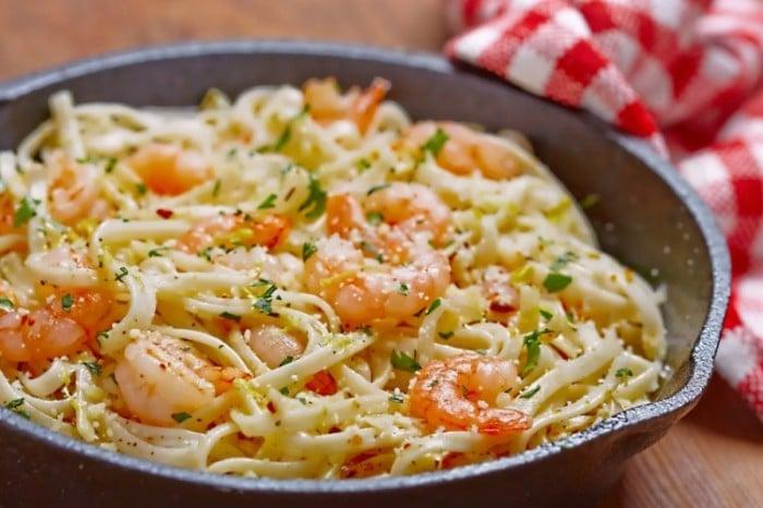 ces spaghettis aux crevettes et 224 l ail sont 224 tomber d 233 couvrez la recette