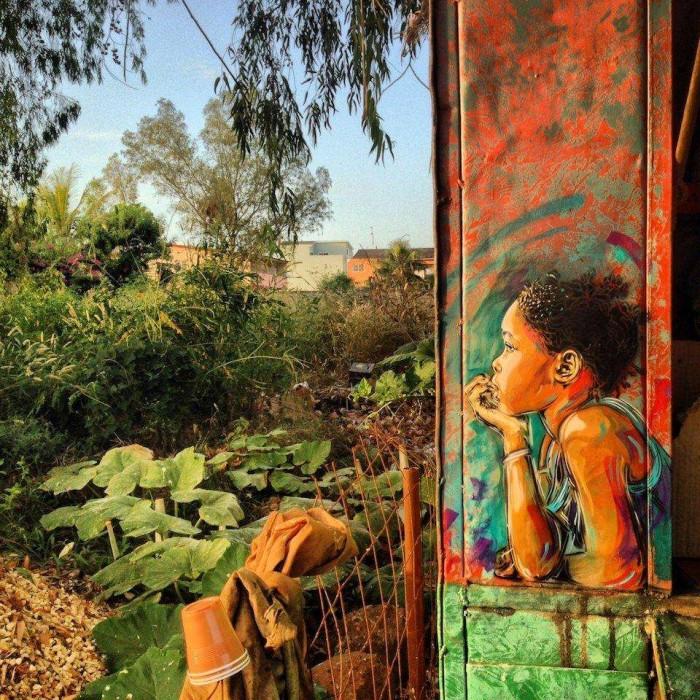 Cette petite fille contemple la vue de son balcon.