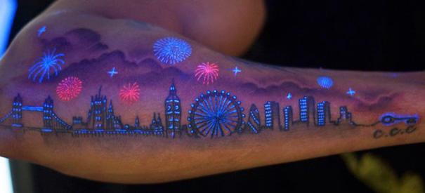 Le Tatouage A La Lumiere Uv C Est Discret Le Jour Et Magnifique La