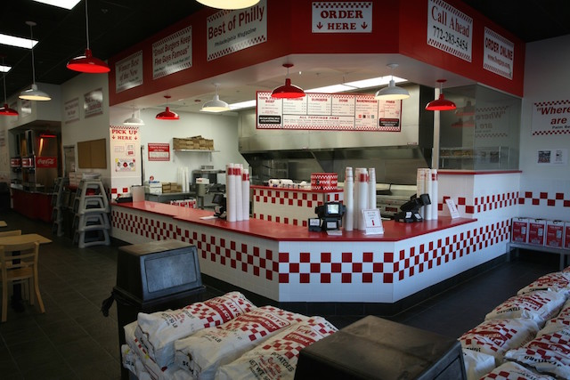 le fast food five guys arrive enfin en france cet t on a trop h te. Black Bedroom Furniture Sets. Home Design Ideas