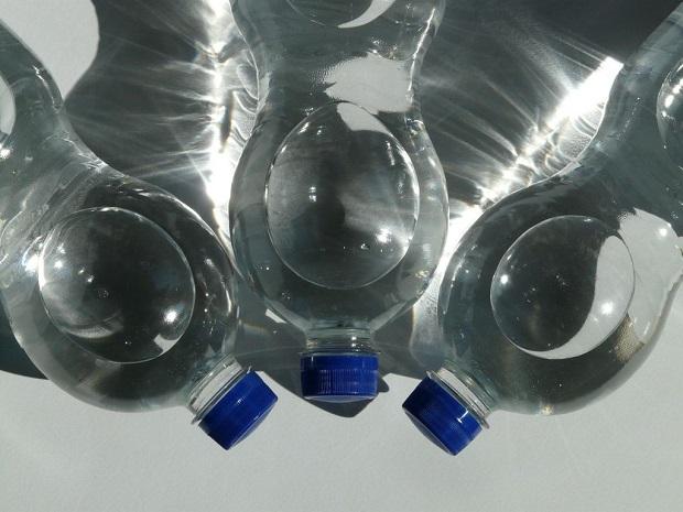 Voici ce que vous devez regarder sous les bouteilles d'eau avant de les acheter... Vous allez être surpris !