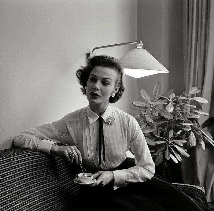 25 photos en noir et blanc qui prouvent que les femmes avaient la classe dans les ann es 50 et 60. Black Bedroom Furniture Sets. Home Design Ideas