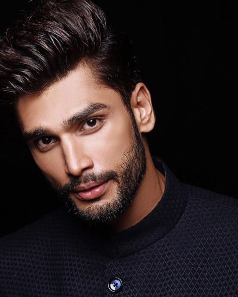 voici l 39 homme le plus sexy de cette plan te il est indien il a 26 ans et semble tre l 39 homme. Black Bedroom Furniture Sets. Home Design Ideas