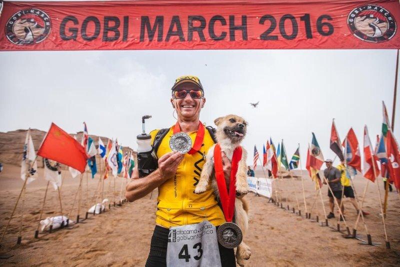 Un chien errant rejoint un marathonien, court 100km à ses côtés, et devient son animal de compagnie ! Arriv%C3%A9e