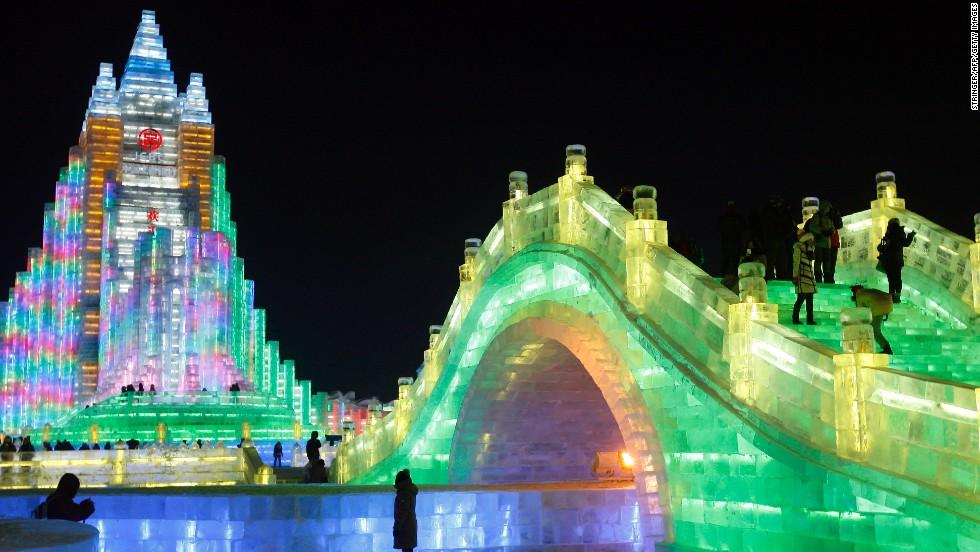 mieux que le chteau de la reine des neiges dcouvrez cette mini ville intgralement faite de glace harbin en chine ou quand la ralit rattrape la