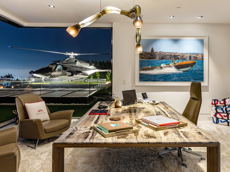 Une série de voitures de luxe et de motos ont pris place comme dans un salon dexposition alors que lhélicoptère de la série supercopter occupe