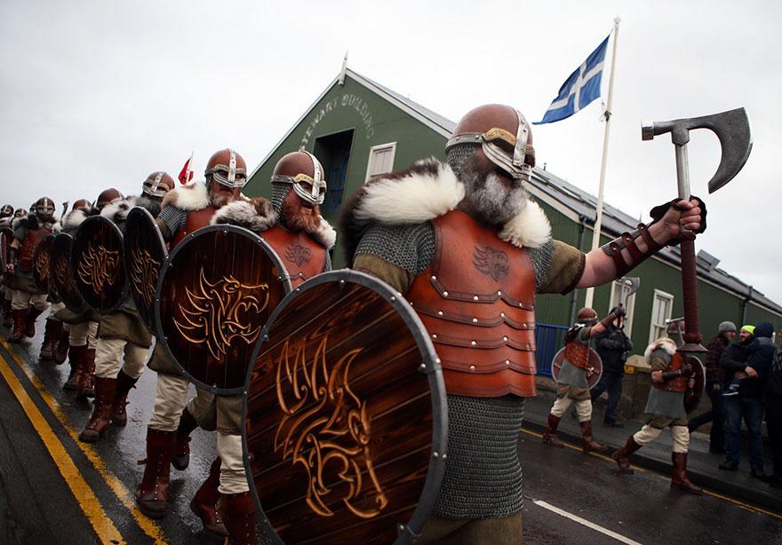 Bienvenue au « Up Helly Aa », un festival Viking impressionnant qui a lieu chaque année en Écosse 1%20UpHellyAa