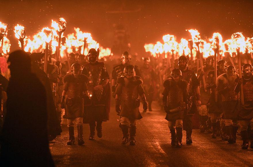 Bienvenue au « Up Helly Aa », un festival Viking impressionnant qui a lieu chaque année en Écosse 10