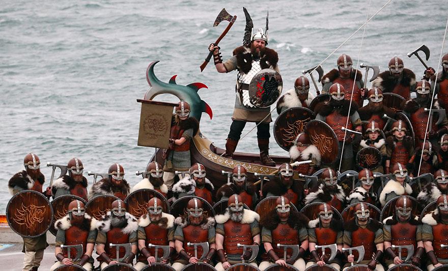 Bienvenue au « Up Helly Aa », un festival Viking impressionnant qui a lieu chaque année en Écosse 5