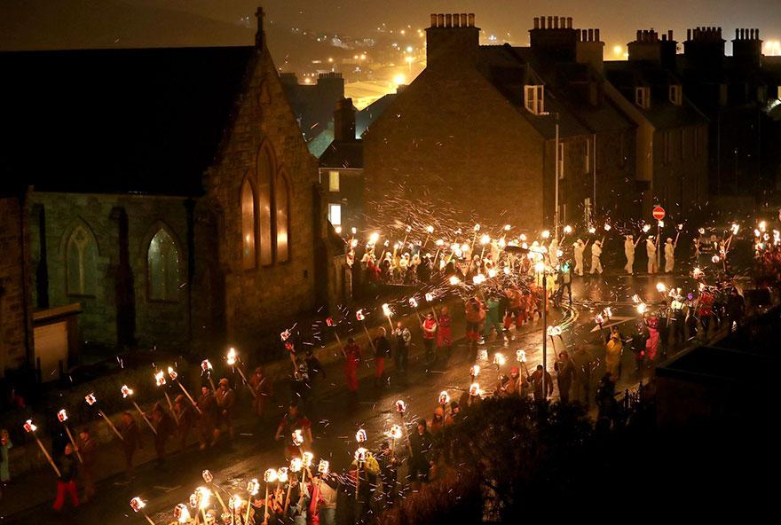 Bienvenue au « Up Helly Aa », un festival Viking impressionnant qui a lieu chaque année en Écosse 8