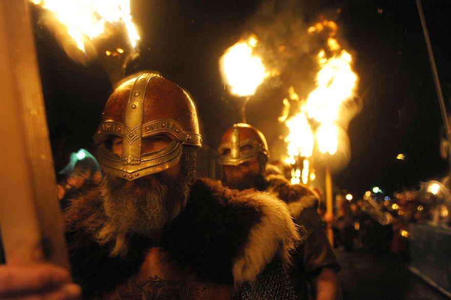 Bienvenue au « Up Helly Aa », un festival Viking impressionnant qui a lieu chaque année en Écosse 9
