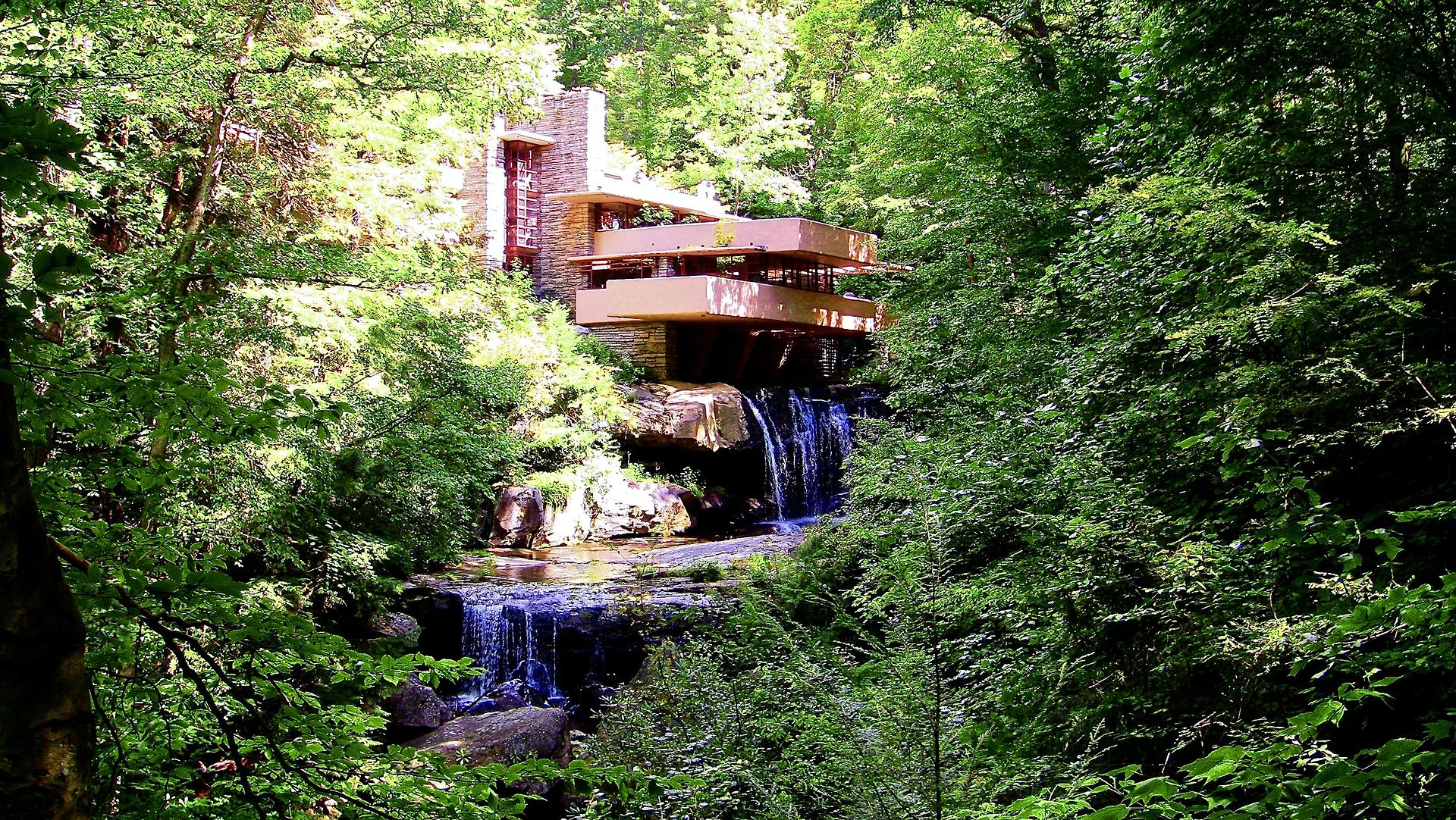 Direction la maison sur la cascade de lartiste frank lloyd wright qui se trouve en pennsylvanie un lieu hors du temps qui pousse à la méditation