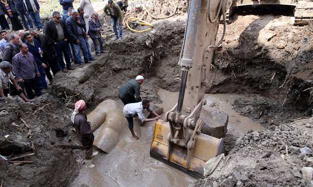 Une titanesque statue pharaonique vient d'être découverte sous le sol d'une banlieue défavorisée du Caire ! Par Nathan Weber (+Vid.3mn sur Bidfoly.com)                  5760