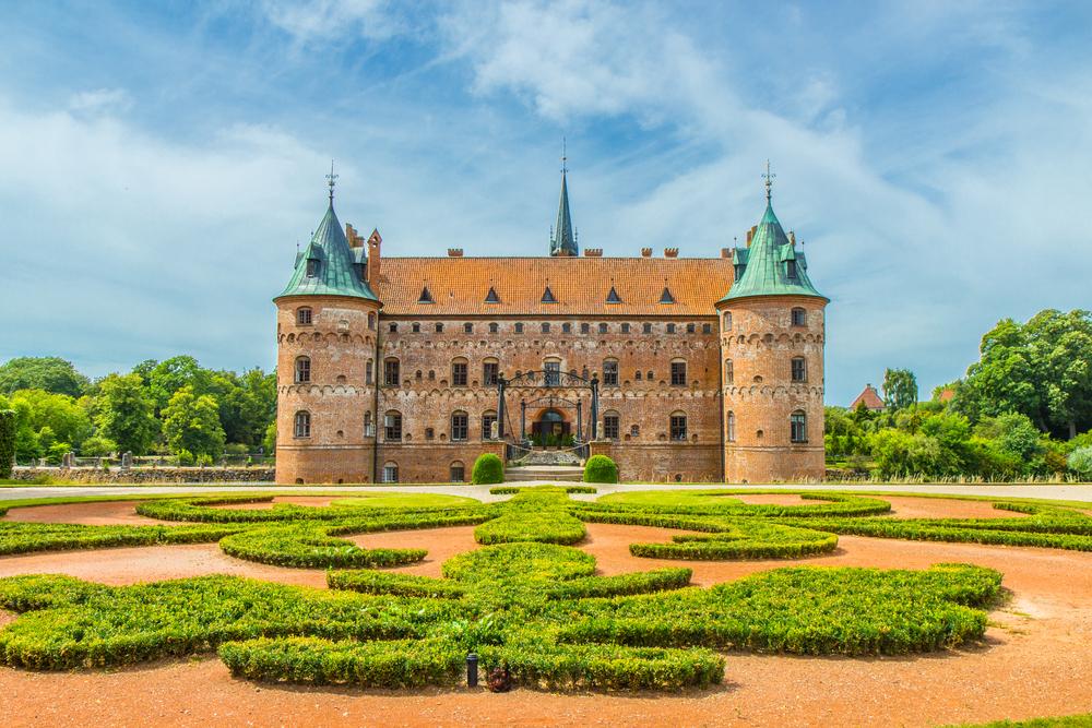 12 châteaux en Europe qui vont vous donner envie de faire vos valises et de partir les découvrir ! Par Clément P.                            Shutterstock_443848723