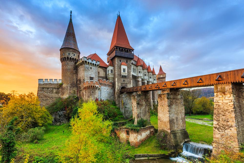 12 châteaux en Europe qui vont vous donner envie de faire vos valises et de partir les découvrir ! Par Clément P.                            Shutterstock_507460087