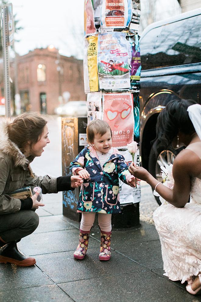 Au beau milieu de sa séance photo, la mariée se fait interrompre et la raison va vous faire craquer instantanément.  - 1