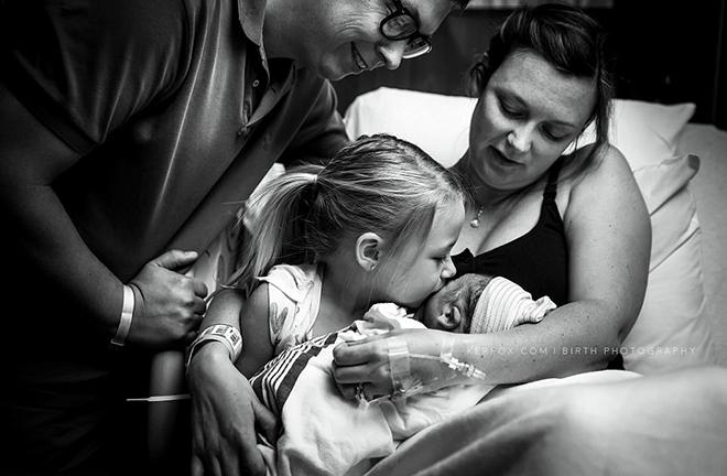Elle donne naissance à un garçon dans une famille composée uniquement de filles depuis 50 ans (Photos)