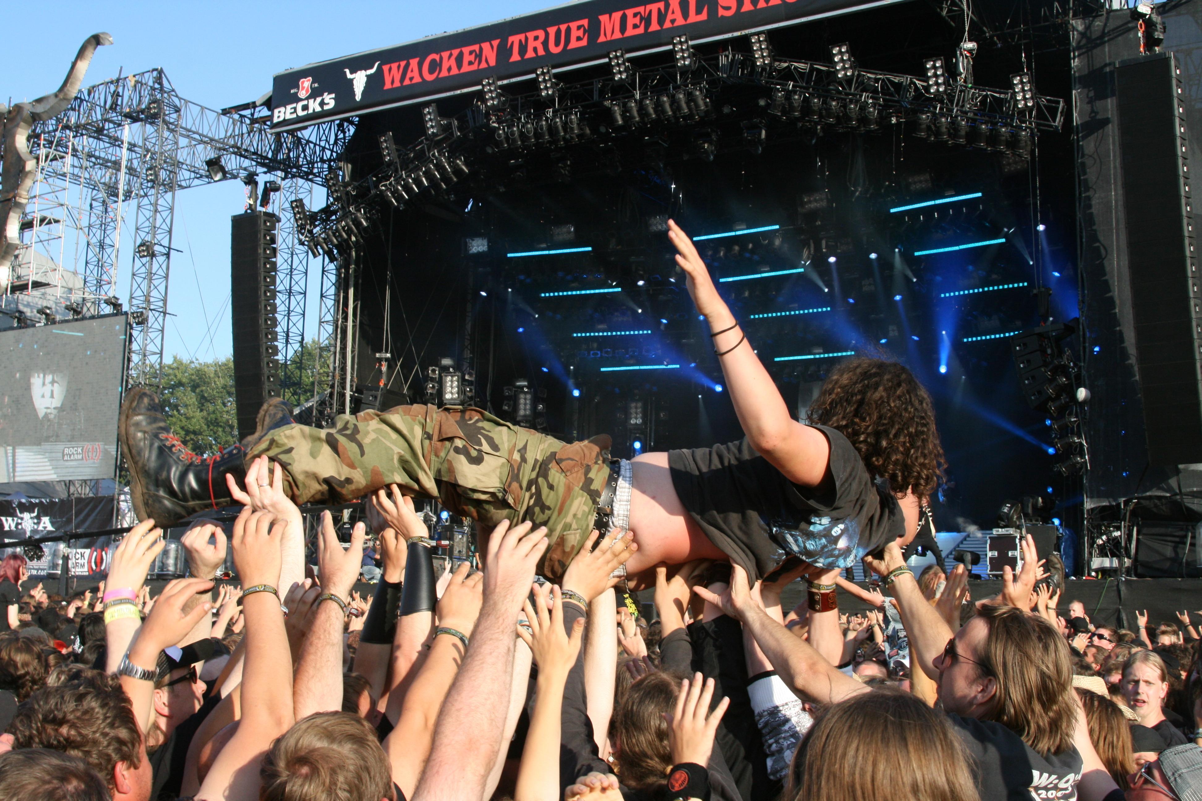 Deux personnes âgées fuguent et atterrissent en plein festival de metal
