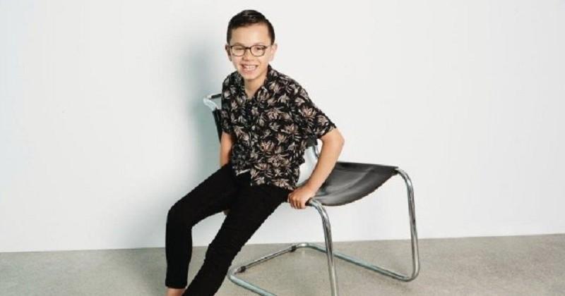 Un garçon autiste est interdit de photo de classe, il pose maintenant pour de grandes marques