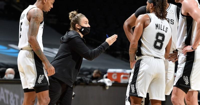 En devenant la première femme coach principal lors d'un match de NBA, Becky Hammon entre dans l'histoire