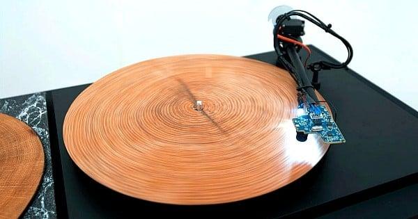 Une machine incroyable qui transforme les troncs d'arbres en véritables vinyles ! Résultat ? Une musique unique et jamais entendue...